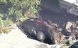 провал автомобиля под землю