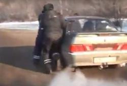 водитель протащил сотрудников ГИБДД за автомобилем