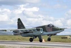Су-25 «Грач» совершает посадку на М60 «Уссури».