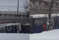 развалившийся троллейбус в Москве